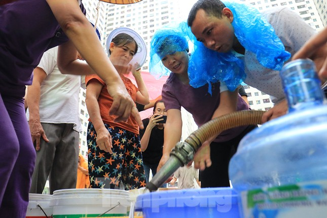 Người dân bán đảo Linh Đàm lỉnh kỉnh xô, chậu lấy nước sạch ảnh 9