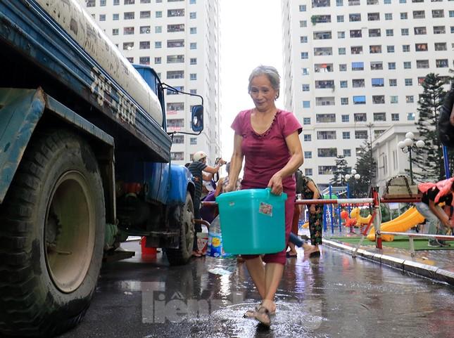 Người dân bán đảo Linh Đàm lỉnh kỉnh xô, chậu lấy nước sạch ảnh 13