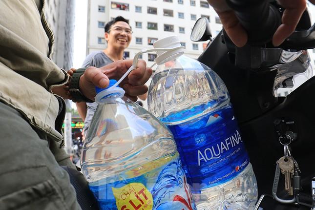 Người dân bán đảo Linh Đàm lỉnh kỉnh xô, chậu lấy nước sạch ảnh 14