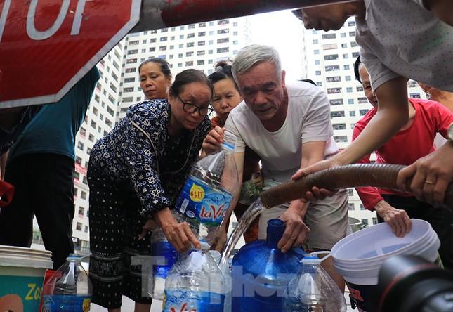 Người dân bán đảo Linh Đàm lỉnh kỉnh xô, chậu lấy nước sạch ảnh 2