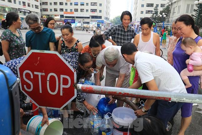Người dân bán đảo Linh Đàm lỉnh kỉnh xô, chậu lấy nước sạch ảnh 1
