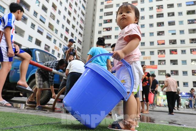 Người dân bán đảo Linh Đàm lỉnh kỉnh xô, chậu lấy nước sạch ảnh 8
