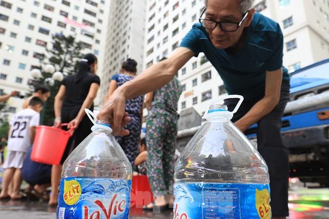 Người dân bán đảo Linh Đàm lỉnh kỉnh xô, chậu lấy nước sạch ảnh 5