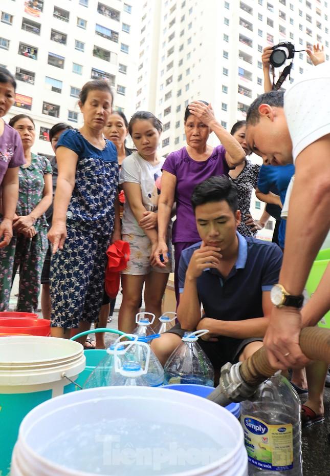 Người dân bán đảo Linh Đàm lỉnh kỉnh xô, chậu lấy nước sạch ảnh 3