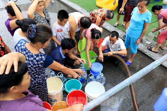 Người dân bán đảo Linh Đàm lỉnh kỉnh xô, chậu lấy nước sạch ảnh 4