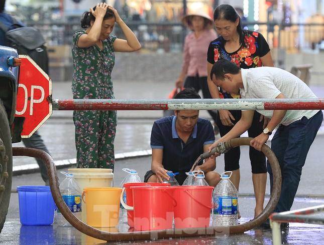 Người dân bán đảo Linh Đàm lỉnh kỉnh xô, chậu lấy nước sạch ảnh 10