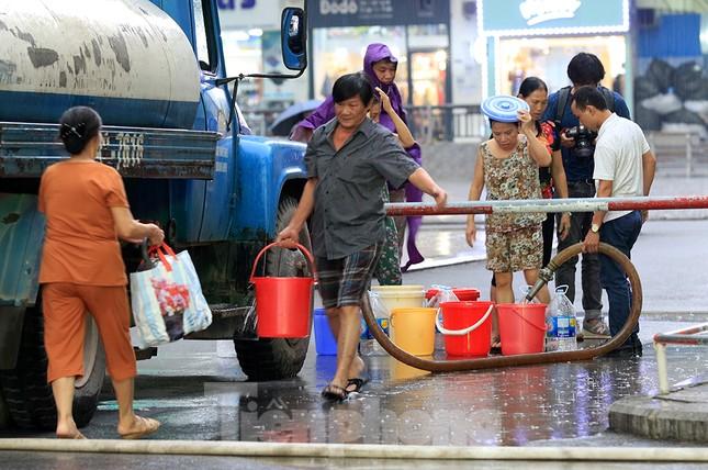 Người dân bán đảo Linh Đàm lỉnh kỉnh xô, chậu lấy nước sạch ảnh 12