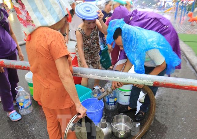 Người dân bán đảo Linh Đàm lỉnh kỉnh xô, chậu lấy nước sạch ảnh 7