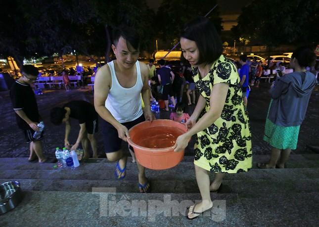 Dân chung cư Hà Nội xuyên đêm chờ lấy nước sạch ảnh 10