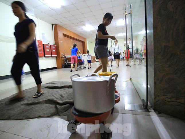 Dân chung cư Hà Nội xuyên đêm chờ lấy nước sạch ảnh 11