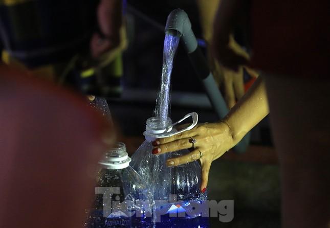 Dân chung cư Hà Nội xuyên đêm chờ lấy nước sạch ảnh 12