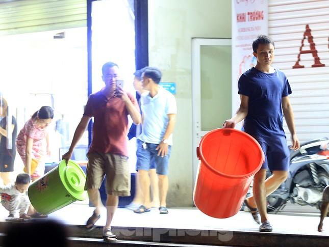 Dân chung cư Hà Nội xuyên đêm chờ lấy nước sạch ảnh 2