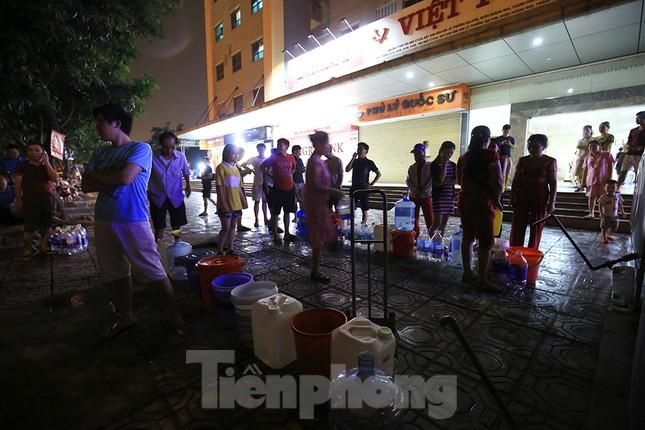 Dân chung cư Hà Nội xuyên đêm chờ lấy nước sạch ảnh 1