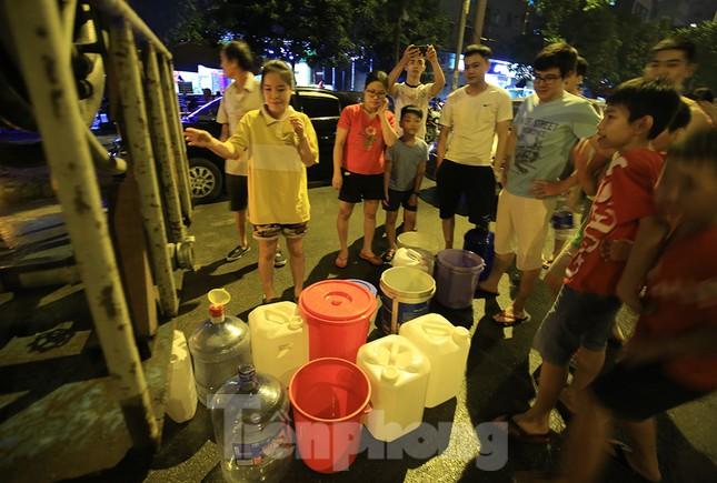 Dân chung cư Hà Nội xuyên đêm chờ lấy nước sạch ảnh 3