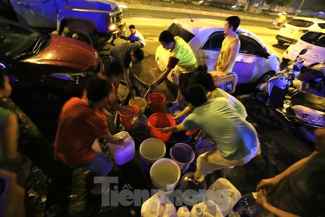 Dân chung cư Hà Nội xuyên đêm chờ lấy nước sạch ảnh 4