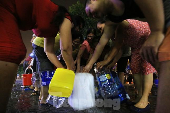 Dân chung cư Hà Nội xuyên đêm chờ lấy nước sạch ảnh 5
