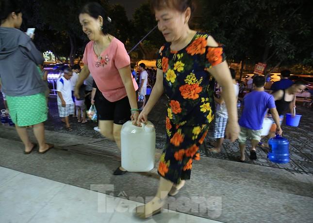 Dân chung cư Hà Nội xuyên đêm chờ lấy nước sạch ảnh 6
