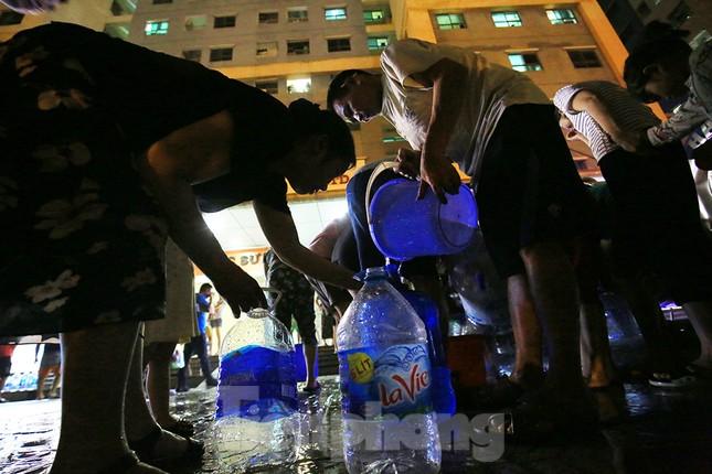 Dân chung cư Hà Nội xuyên đêm chờ lấy nước sạch ảnh 7