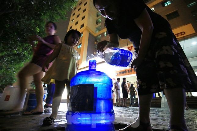 Dân chung cư Hà Nội xuyên đêm chờ lấy nước sạch ảnh 8