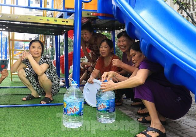Người dân bán đảo Linh Đàm lỉnh kỉnh xô, chậu lấy nước sạch ảnh 11