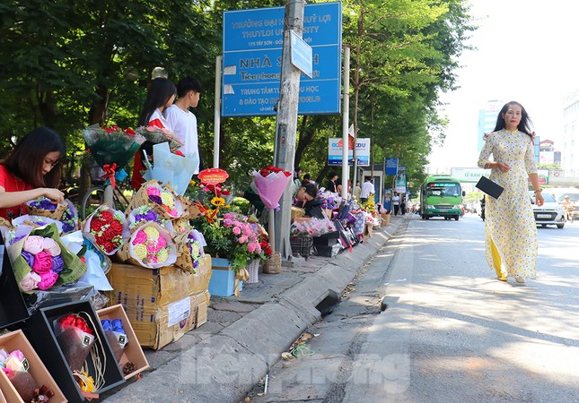 Nhộn nhịp thị trường hoa, quà tặng ngày 20-10 ảnh 10