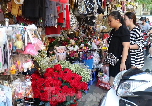 Nhộn nhịp thị trường hoa, quà tặng ngày 20-10 ảnh 11