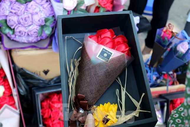 Nhộn nhịp thị trường hoa, quà tặng ngày 20-10 ảnh 3