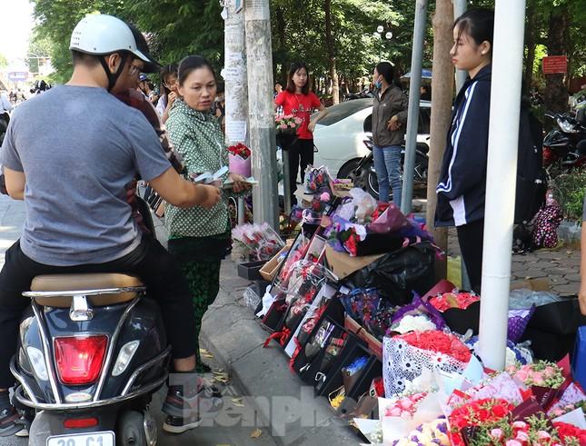Nhộn nhịp thị trường hoa, quà tặng ngày 20-10 ảnh 1