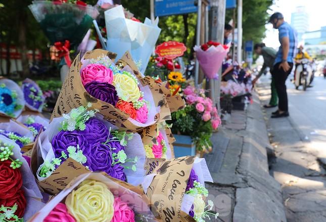 Nhộn nhịp thị trường hoa, quà tặng ngày 20-10 ảnh 2