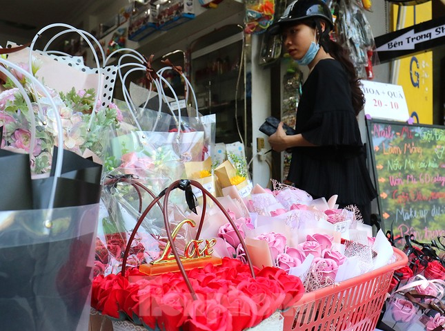 Nhộn nhịp thị trường hoa, quà tặng ngày 20-10 ảnh 5