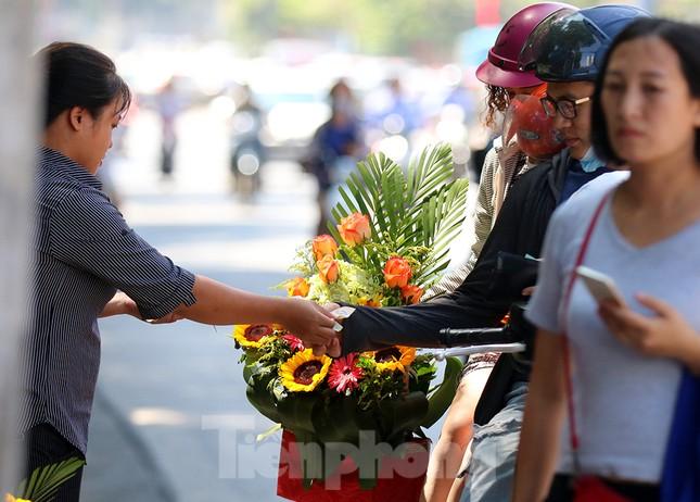 Nhộn nhịp thị trường hoa, quà tặng ngày 20-10 ảnh 7