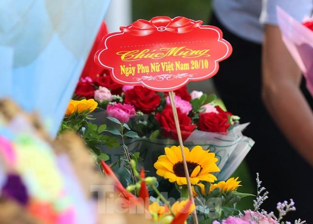 Nhộn nhịp thị trường hoa, quà tặng ngày 20-10 ảnh 8
