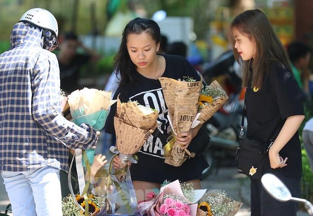 Nhộn nhịp thị trường hoa, quà tặng ngày 20-10 ảnh 9