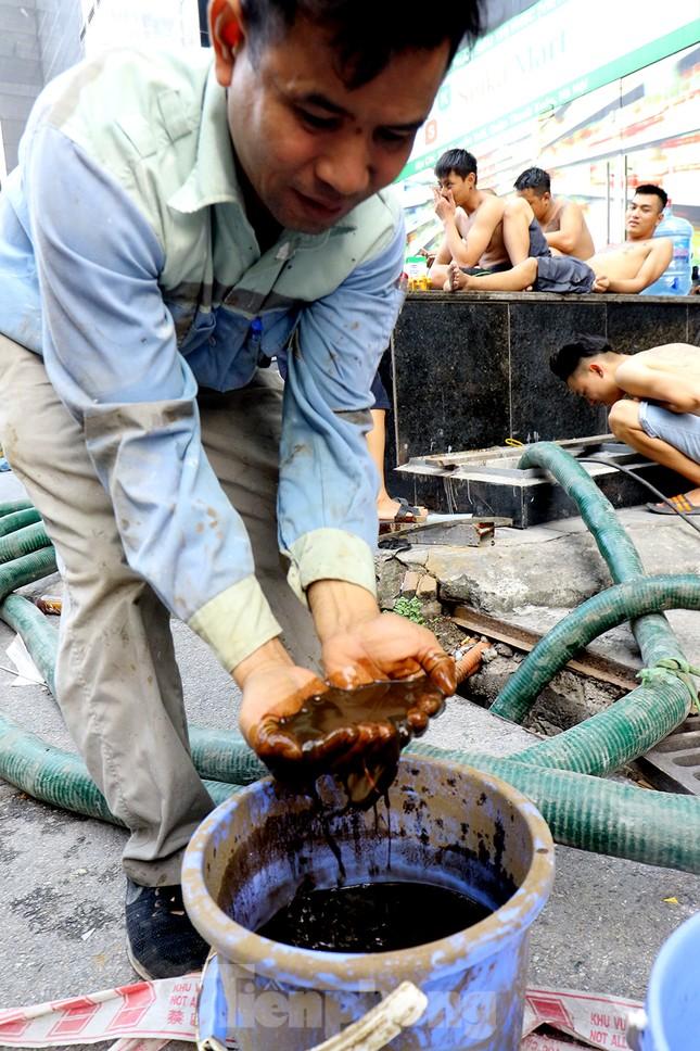Nghi váng dầu đặc sánh trong bể nước chung cư Golden Land sau sự cố nước Sông Đà ảnh 14