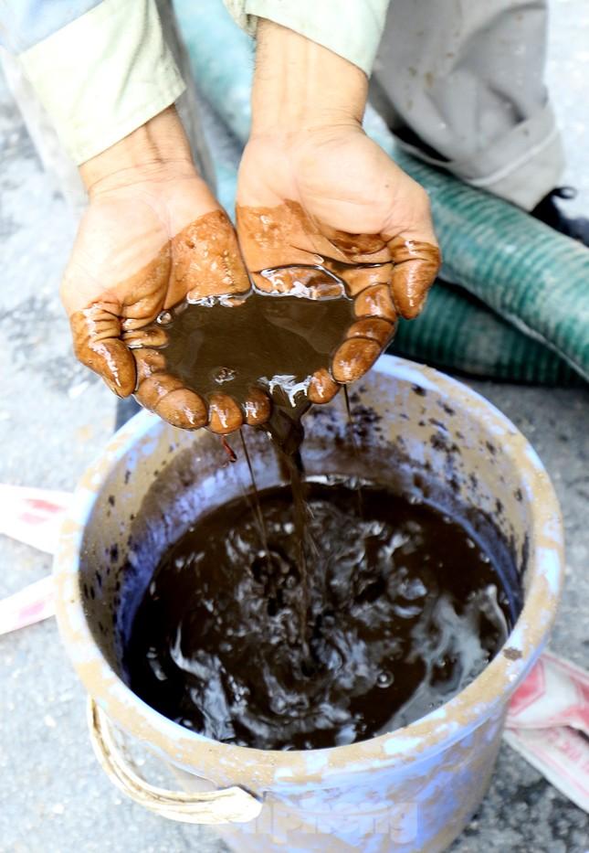 Nghi váng dầu đặc sánh trong bể nước chung cư Golden Land sau sự cố nước Sông Đà ảnh 15