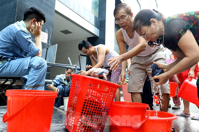 Nghi váng dầu đặc sánh trong bể nước chung cư Golden Land sau sự cố nước Sông Đà ảnh 17