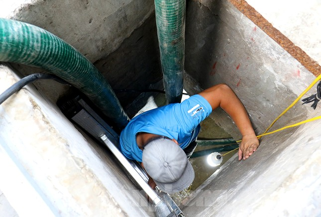 Nghi váng dầu đặc sánh trong bể nước chung cư Golden Land sau sự cố nước Sông Đà ảnh 2