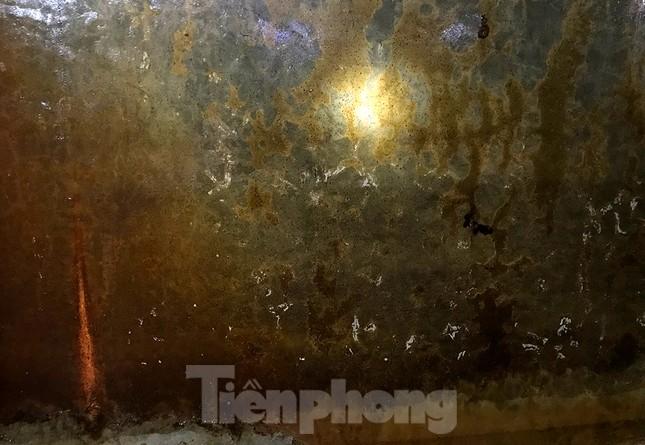 Nghi váng dầu đặc sánh trong bể nước chung cư Golden Land sau sự cố nước Sông Đà ảnh 5