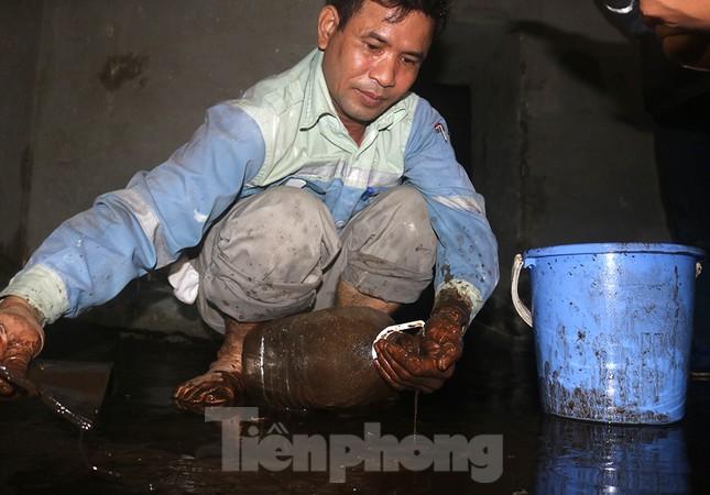 Nghi váng dầu đặc sánh trong bể nước chung cư Golden Land sau sự cố nước Sông Đà ảnh 7