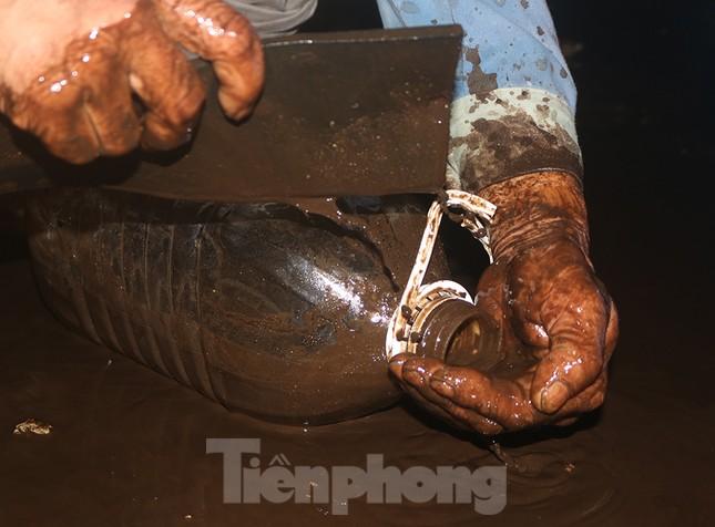 Nghi váng dầu đặc sánh trong bể nước chung cư Golden Land sau sự cố nước Sông Đà ảnh 9