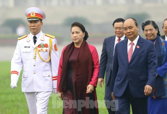 Đoàn đại biểu Quốc hội vào lăng viếng Chủ tịch Hồ Chí Minh ảnh 10
