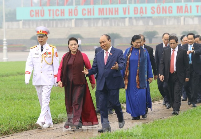 Đoàn đại biểu Quốc hội vào lăng viếng Chủ tịch Hồ Chí Minh ảnh 11