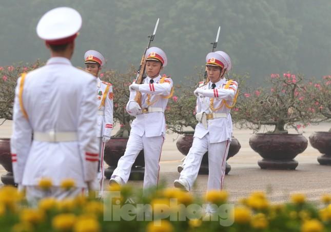 Đoàn đại biểu Quốc hội vào lăng viếng Chủ tịch Hồ Chí Minh ảnh 1