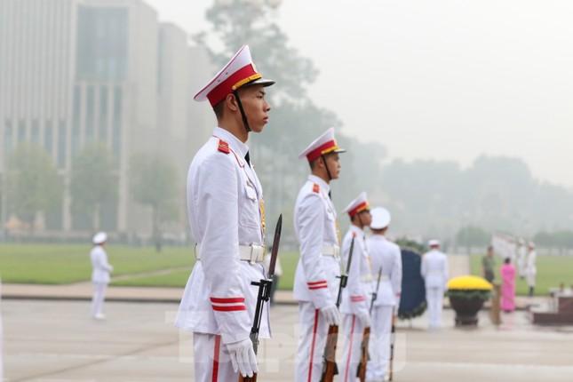 Đoàn đại biểu Quốc hội vào lăng viếng Chủ tịch Hồ Chí Minh ảnh 2