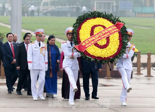 Đoàn đại biểu Quốc hội vào lăng viếng Chủ tịch Hồ Chí Minh ảnh 3