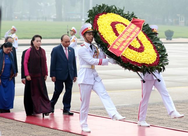 Đoàn đại biểu Quốc hội vào lăng viếng Chủ tịch Hồ Chí Minh ảnh 4