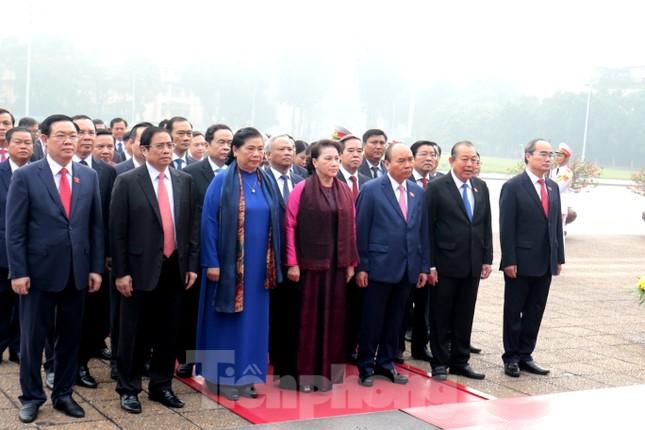 Đoàn đại biểu Quốc hội vào lăng viếng Chủ tịch Hồ Chí Minh ảnh 5