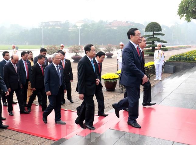 Đoàn đại biểu Quốc hội vào lăng viếng Chủ tịch Hồ Chí Minh ảnh 6