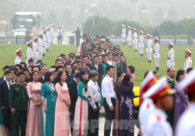 Đoàn đại biểu Quốc hội vào lăng viếng Chủ tịch Hồ Chí Minh ảnh 7
