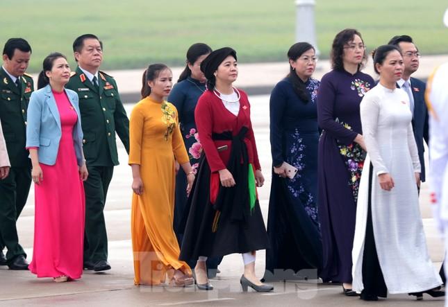 Đoàn đại biểu Quốc hội vào lăng viếng Chủ tịch Hồ Chí Minh ảnh 8
